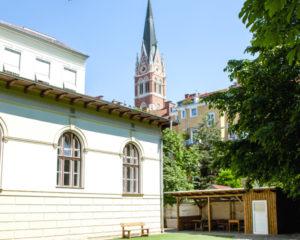 VS Nibelungen Pausenhof und Kirche